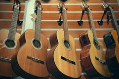 Guitarra no fundo da loja Imagens de Stock