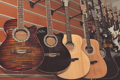 Guitarra no fundo da loja Foto de Stock Royalty Free