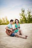 Guitarra, par, playa fotografía de archivo