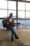 Guitarra practicante del talento joven imagen de archivo