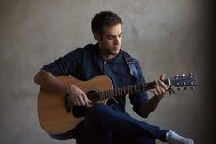 Guitarra practicante del talento joven imagenes de archivo