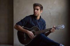 Guitarra practicante del talento joven imágenes de archivo libres de regalías