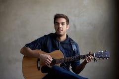 Guitarra practicante del talento joven fotos de archivo