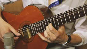 Guitarra que está sendo jogada no estúdio vídeos de arquivo