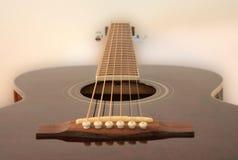 Guitarra que flota en la niebla fotografía de archivo libre de regalías