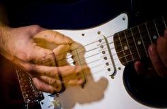 Guitarra que joga no movimento Imagens de Stock