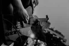 Guitarra que juega en concierto Imagen de archivo libre de regalías