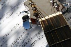 Guitarra sobre el libro de la canción Foto de archivo