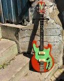 Guitarra soviética de la vendimia en la pared imágenes de archivo libres de regalías