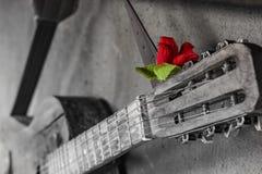 Guitarra velha no fundo do muro de cimento com parte dianteira borrada e no fundo traseiro com efeito do bokeh foto de stock royalty free
