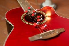 Guitarra vermelha com corações, notas do amor em cordas Fotografia de Stock