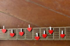 Guitarra vermelha com corações, notas do amor em cordas Imagens de Stock