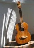 Guitarra vieja Fotos de archivo