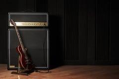 Guitarra y amplificador Fotografía de archivo libre de regalías