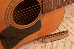 Guitarra y armónica Fotos de archivo