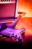 Guitarra y guitarra del amplificador fotos de archivo libres de regalías