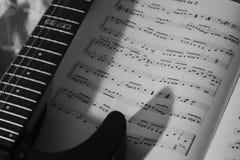 guitarra y libro de la hoja de música fotos de archivo