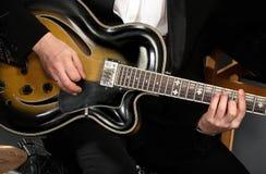 Guitarra y manos Foto de archivo libre de regalías