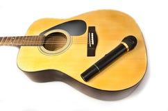 Guitarra y micrófono Imagen de archivo libre de regalías