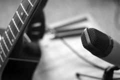 Guitarra y micrófono Imágenes de archivo libres de regalías