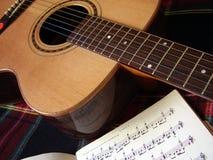 Guitarra y notas Imágenes de archivo libres de regalías