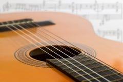 Guitarra y notas musicales Imagen de archivo libre de regalías