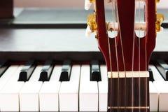 Guitarra y piano Fotos de archivo libres de regalías