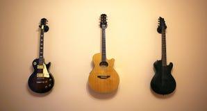 Guitarras en la pared imagen de archivo