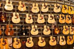 Guitarras grandes del surtido en Siam Paragon Mall en Bangkok, Tailandia. Fotos de archivo