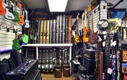 Guitarras y cajas de la guitarra en tienda Imagen de archivo libre de regalías