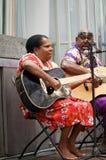 Guitarrista aborigen femenino Fotos de archivo