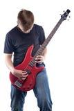 Guitarrista adolescente que toca la guitarra baja Foto de archivo libre de regalías