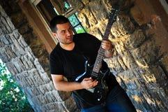 Guitarrista atractivo de la roca Fotografía de archivo libre de regalías
