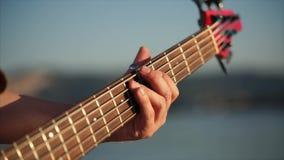 Guitarrista bajo que juega música almacen de metraje de vídeo