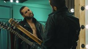 Guitarrista brutal que aspira a cocaína no vestuario fotos de stock