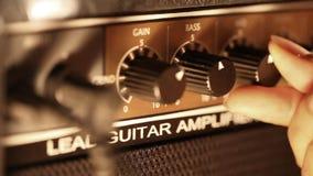 Guitarrista con el amplificador almacen de video