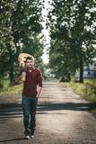 Guitarrista con la guitarra en el camino Fotos de archivo libres de regalías