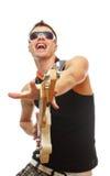 Guitarrista considerável nos óculos de sol isolados no branco Imagem de Stock