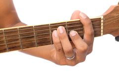 Guitarrista da guitarra acústica que joga a corda principal de F no fundo branco Fotografia de Stock