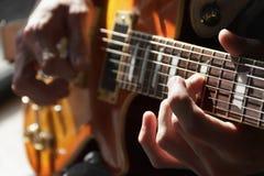 Guitarrista da guitarra acústica que joga detalhes Imagens de Stock Royalty Free