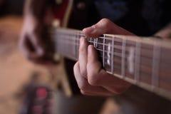 Guitarrista da guitarra acústica que joga detalhes Fotos de Stock Royalty Free