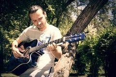 Guitarrista de la guitarra acústica que juega a los detalles Fotos de archivo