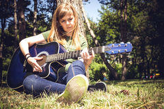 Guitarrista de la guitarra acústica que juega a los detalles Fotos de archivo libres de regalías