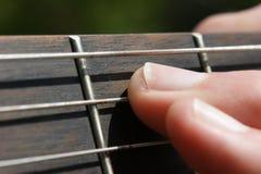 Guitarrista de la guitarra acústica que juega a los detalles fotografía de archivo libre de regalías