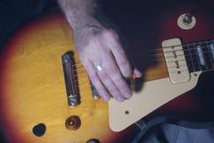 Guitarrista de la guitarra acústica que juega a los detalles Foto de archivo libre de regalías