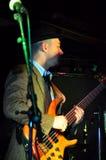 Guitarrista de la guitarra acústica que juega a los detalles Foto de archivo