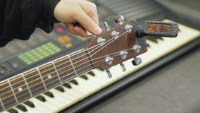 Guitarrista de la guitarra ac?stica que juega a los detalles almacen de video