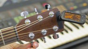 Guitarrista de la guitarra ac?stica que juega a los detalles almacen de metraje de vídeo