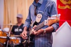 Guitarrista de ligação Imagem de Stock Royalty Free
