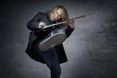 Guitarrista de salto de la roca imagen de archivo libre de regalías